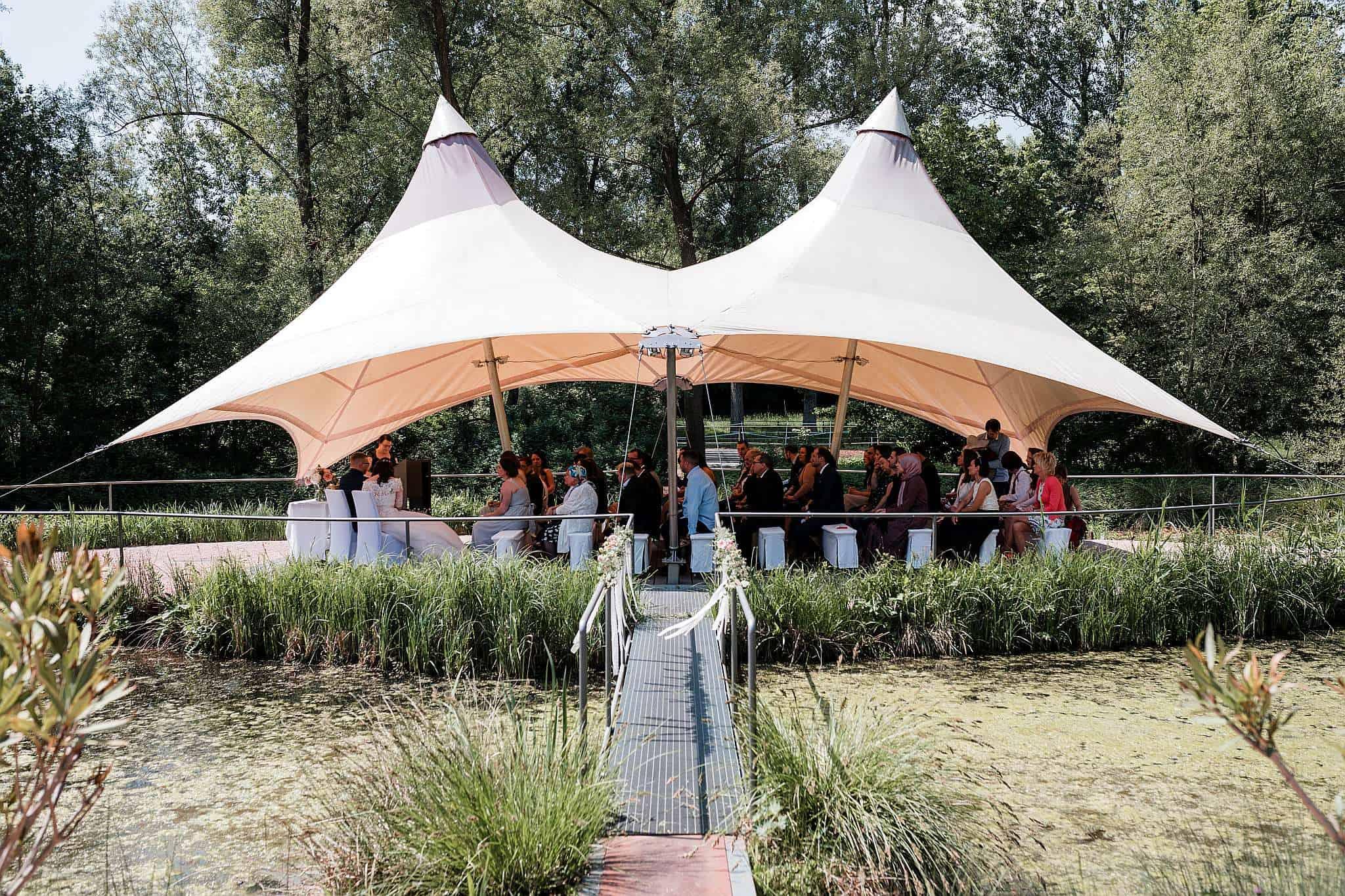 Die Gäste warten gespannt auf den Einzug der Braut - Location: Garten in der Wartenberger Mühle - bei Kaiserslautern