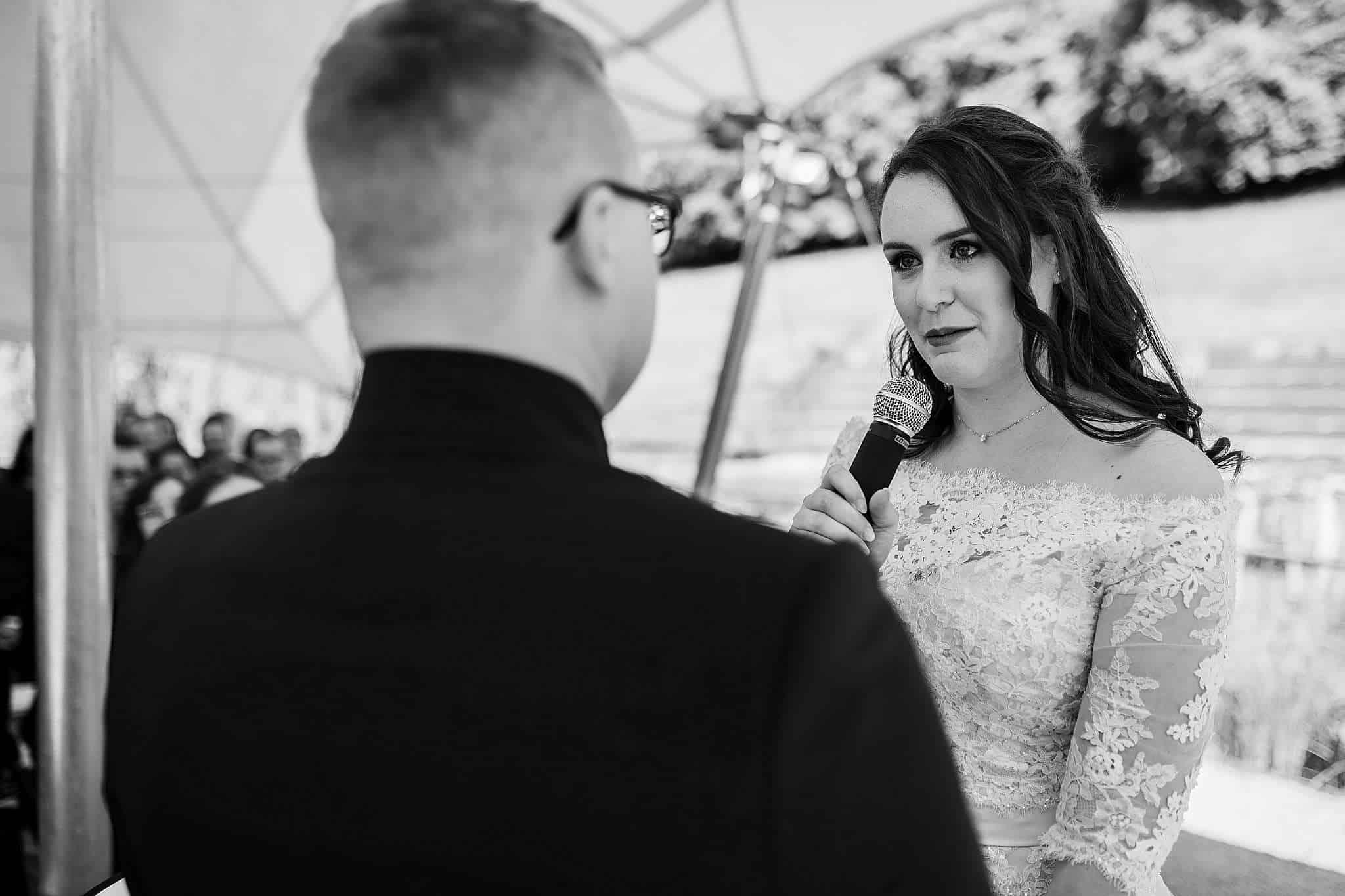 Die Braut trägt ihr Ehegelübde vor