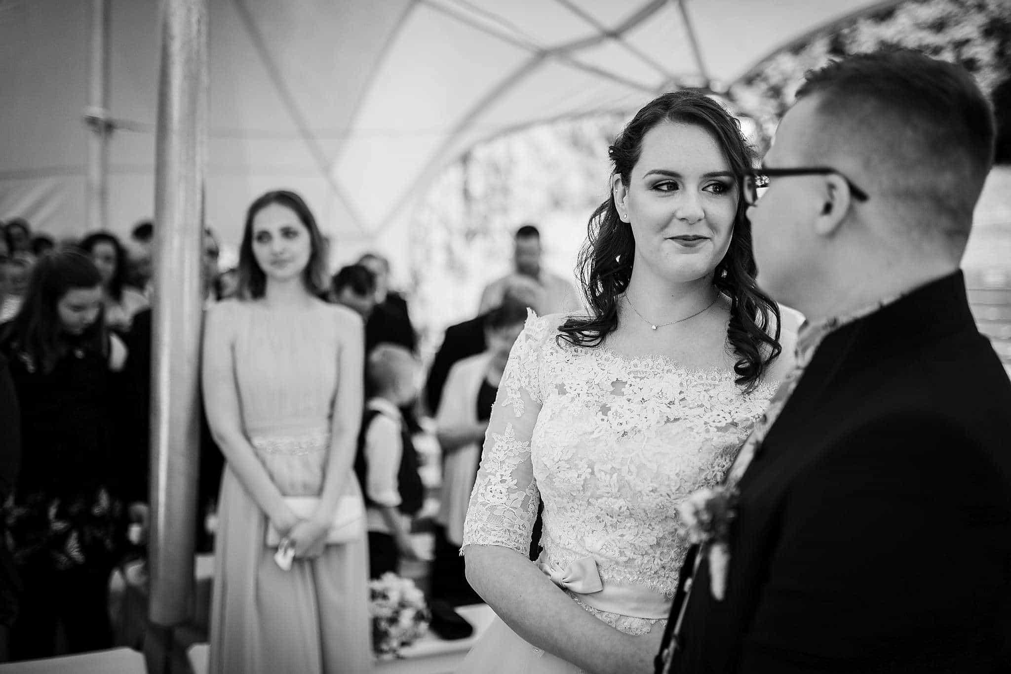 Die Blicke des Brautpaares kurz vor dem Ja-Wort