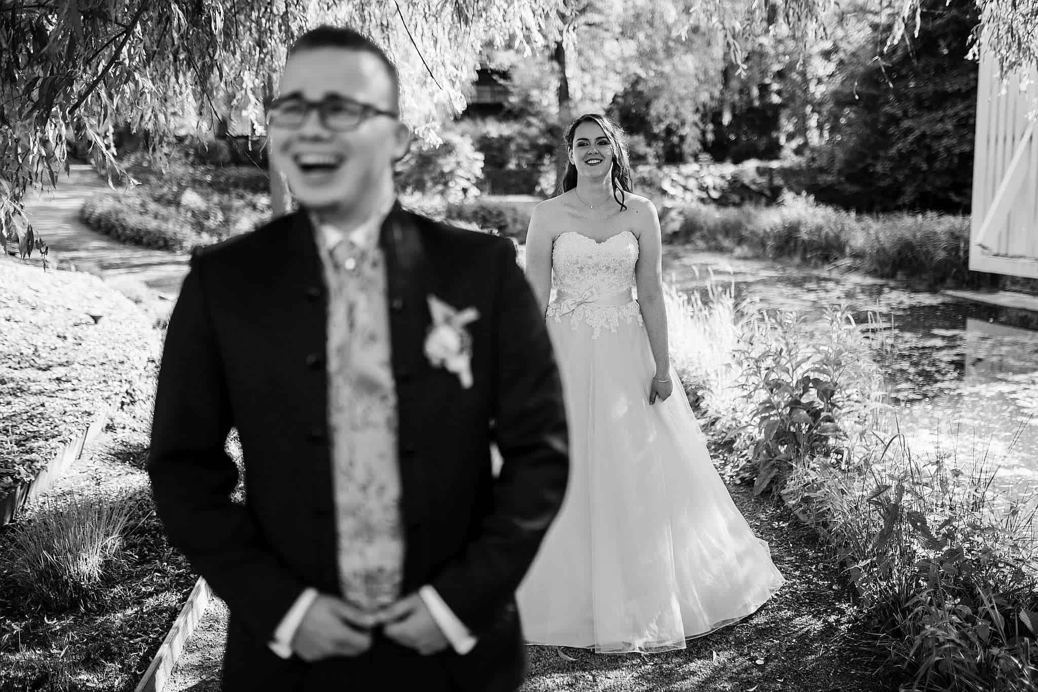 Der Bräutigam lacht sich beim Foto-Shooting kaputt