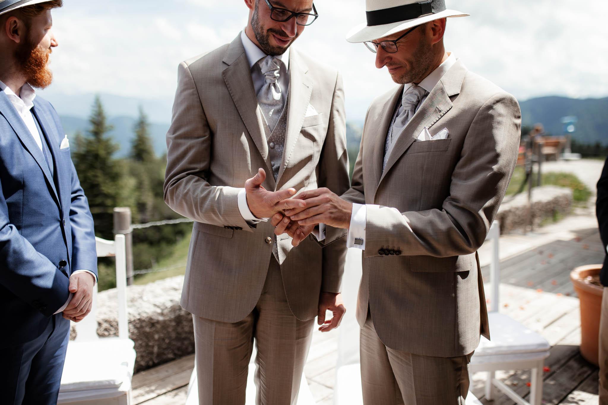 Hochzeitsfotograf Alpen, Chiemgau: freie Trauung von Dennis & Dirk 35
