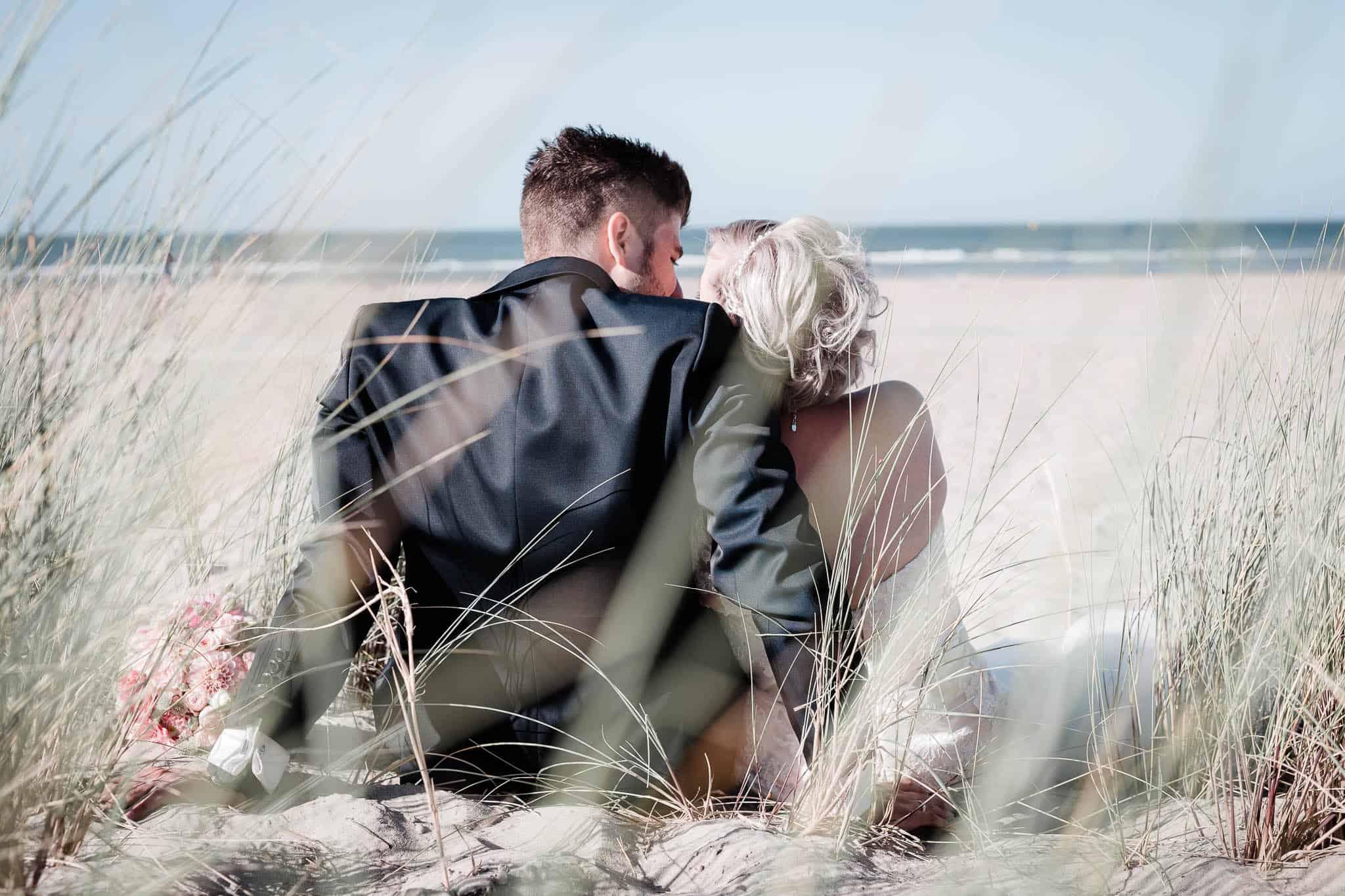 Lisa und Michael sitzten in den holländischen Dünen