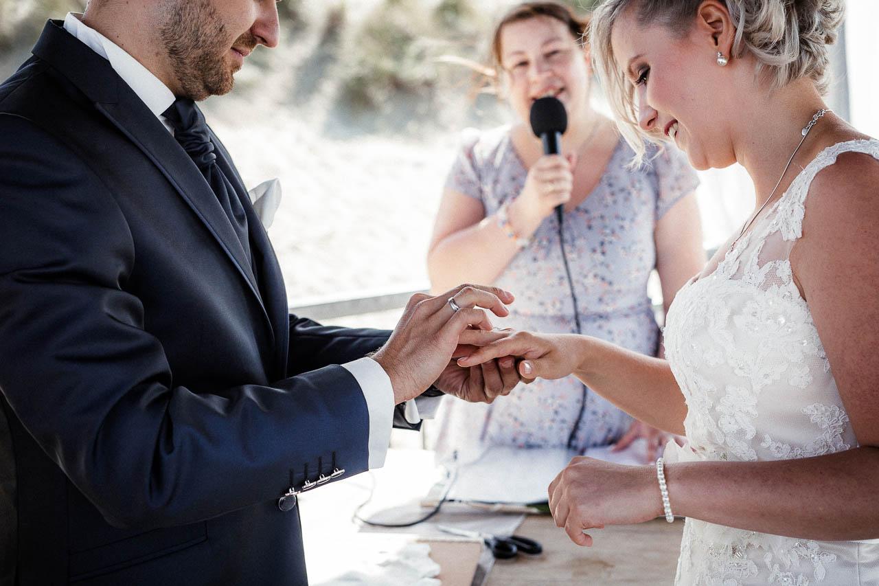 Hochzeitsfotograf Renesse, Holland: Lisa & Michael heiraten mit einer Freie Trauung am Strand 39