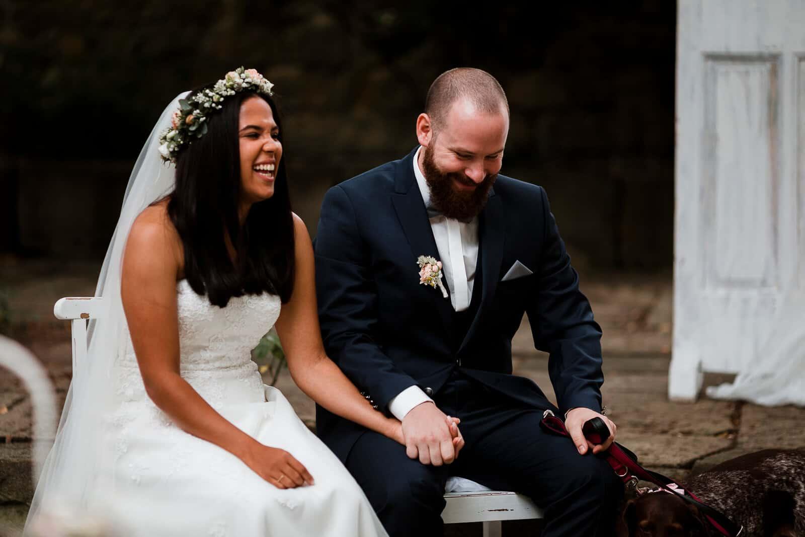 Das Brautpaar lacht