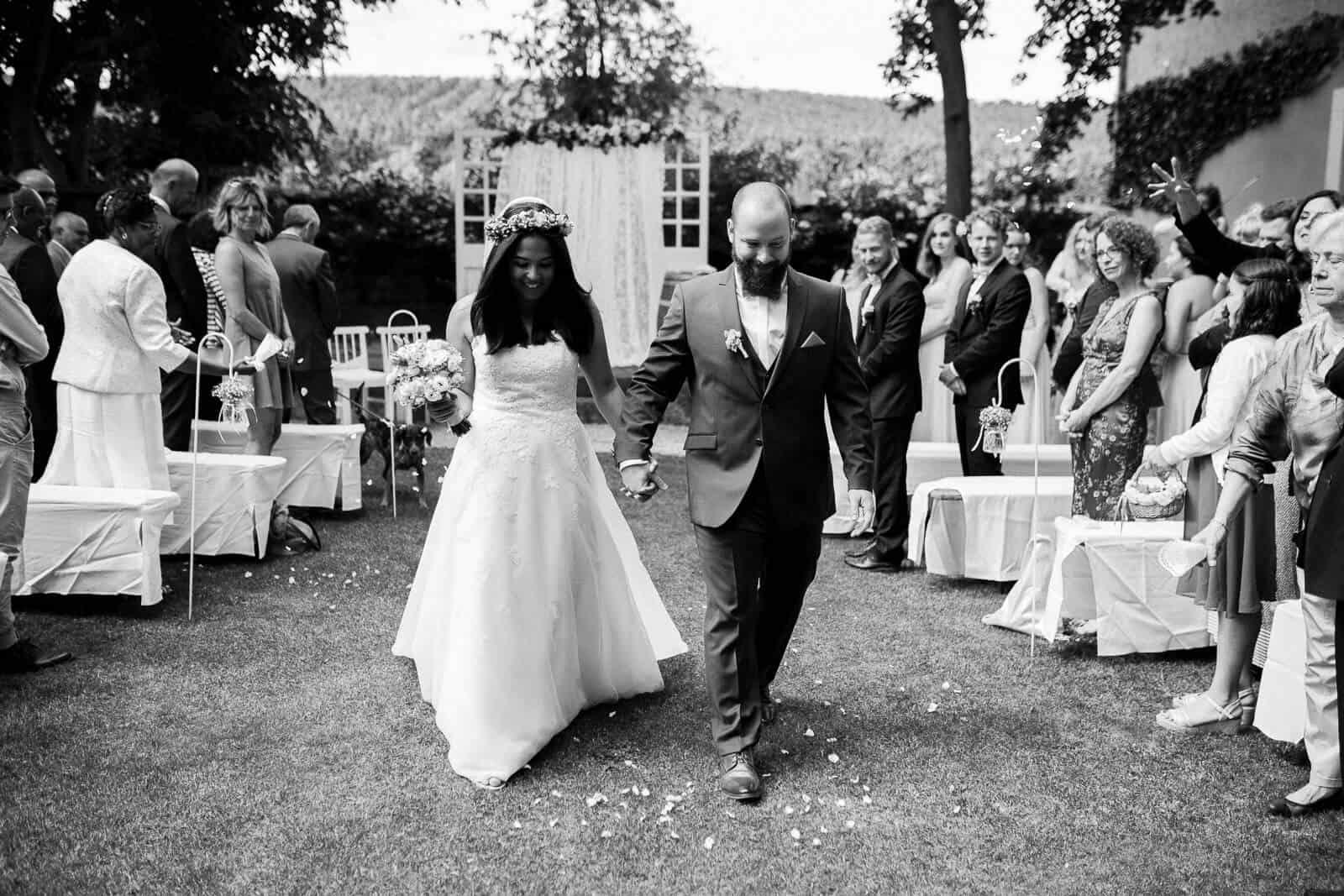 Das Brautpaar zieht aus der freien Trauung in Deidesheim au und alle Gäste jubeln dem Brautpaar zu