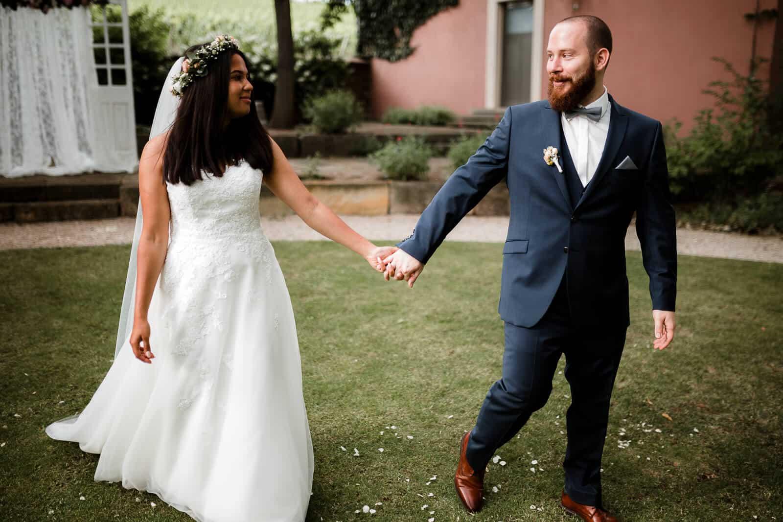 Philip und Raquel laufen durch den Garten des Weinguts