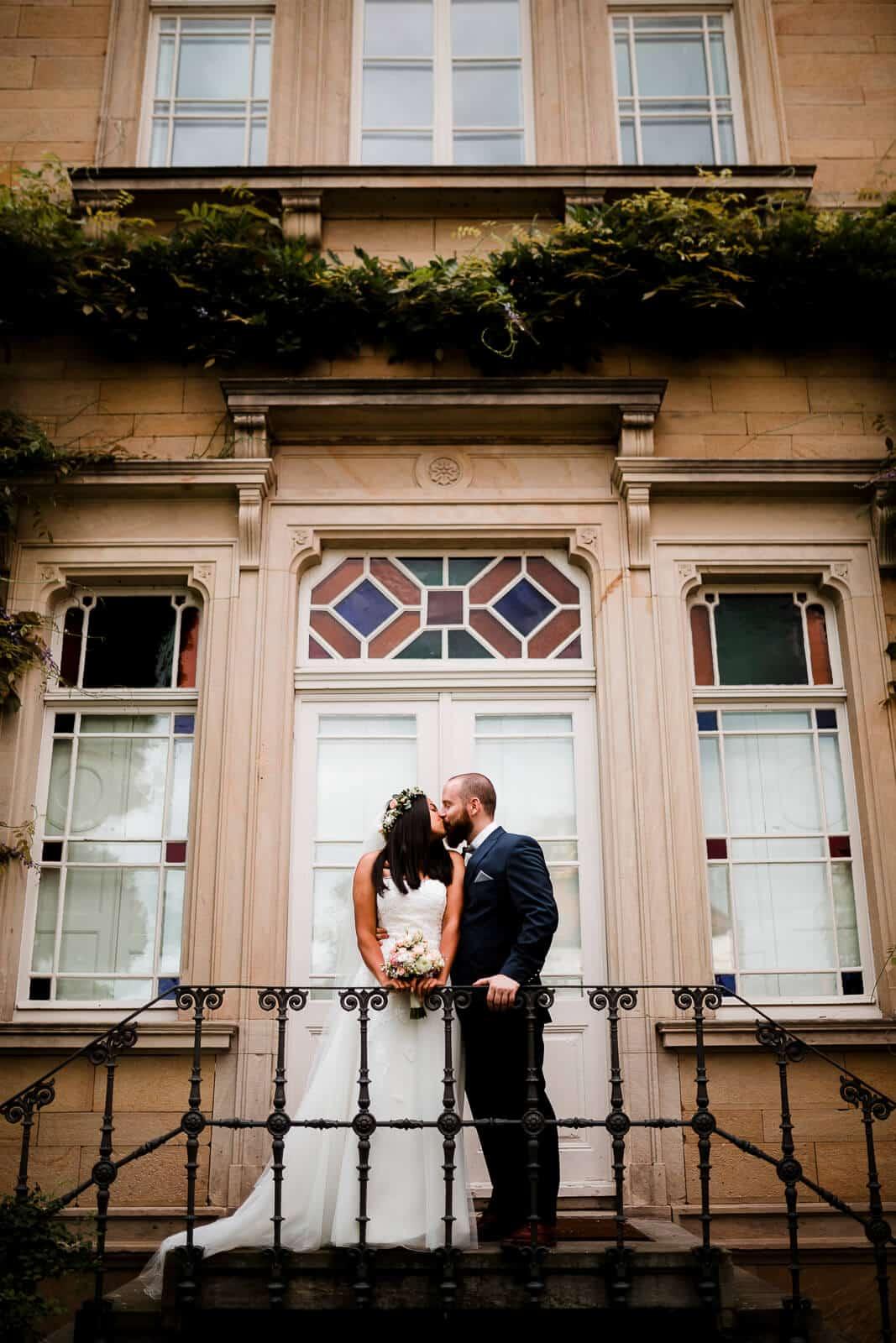 Brautpaar vorm Deidesheimer Weingut von Winning