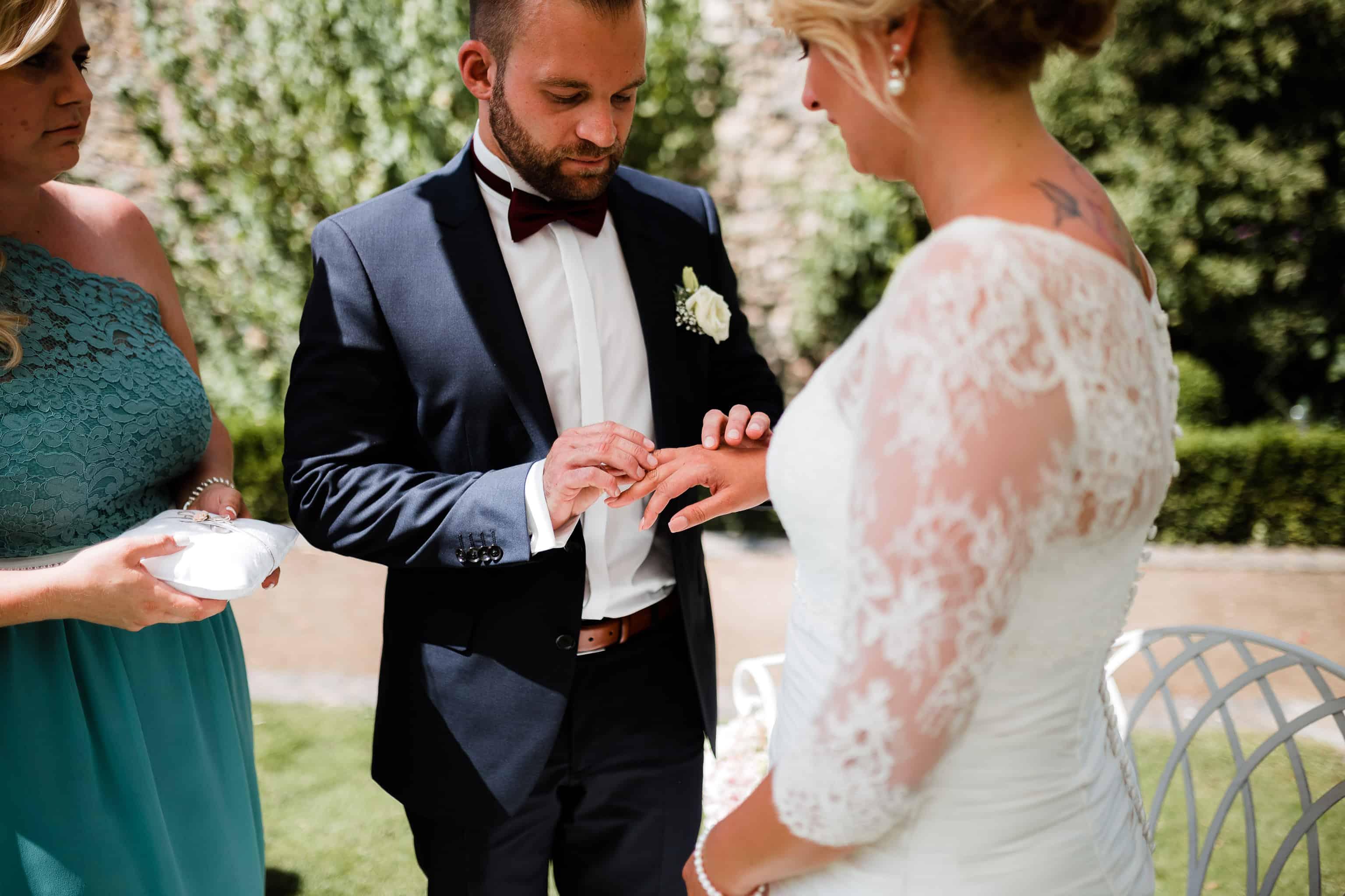 Als Hochzeitsfotograf immer ein schönes Motiv: Oli steckt Fabienne den Ehering an