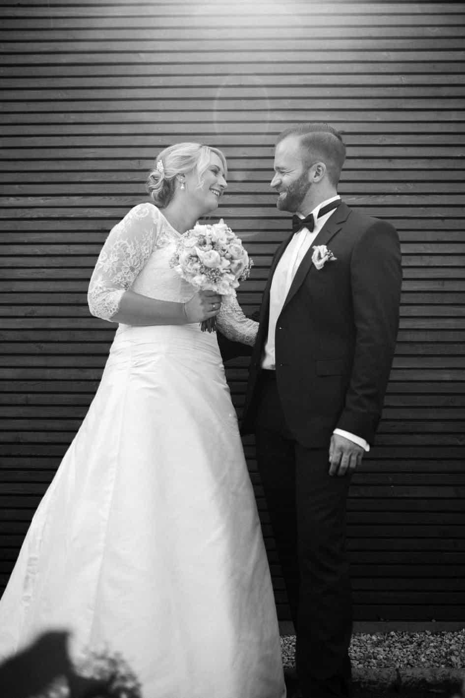 Brautpaar schaut sich beim Shooting in Guntersblum an