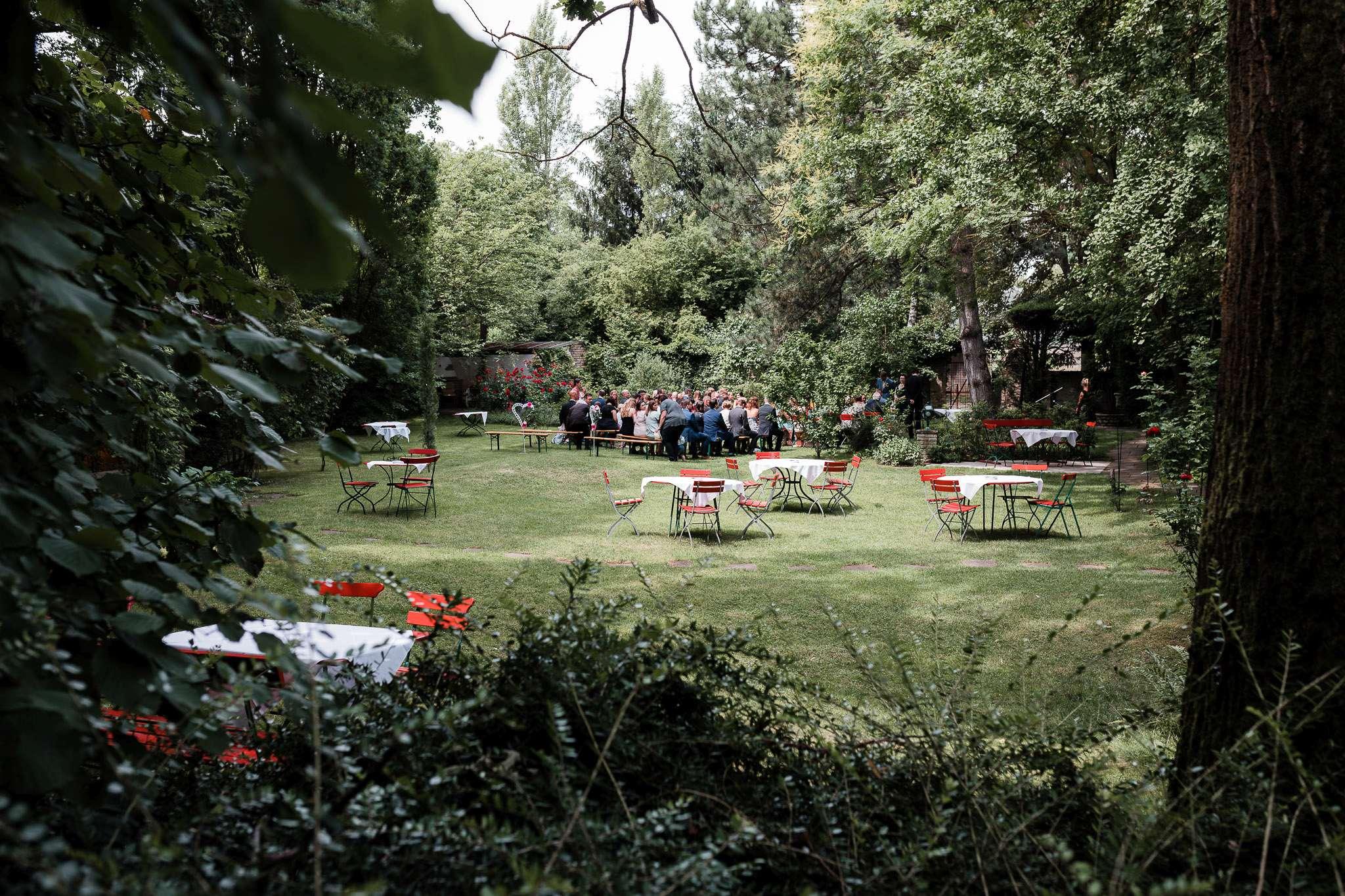 Die Hochzeitsgesellschaft wartet im Junghof auf die Braut