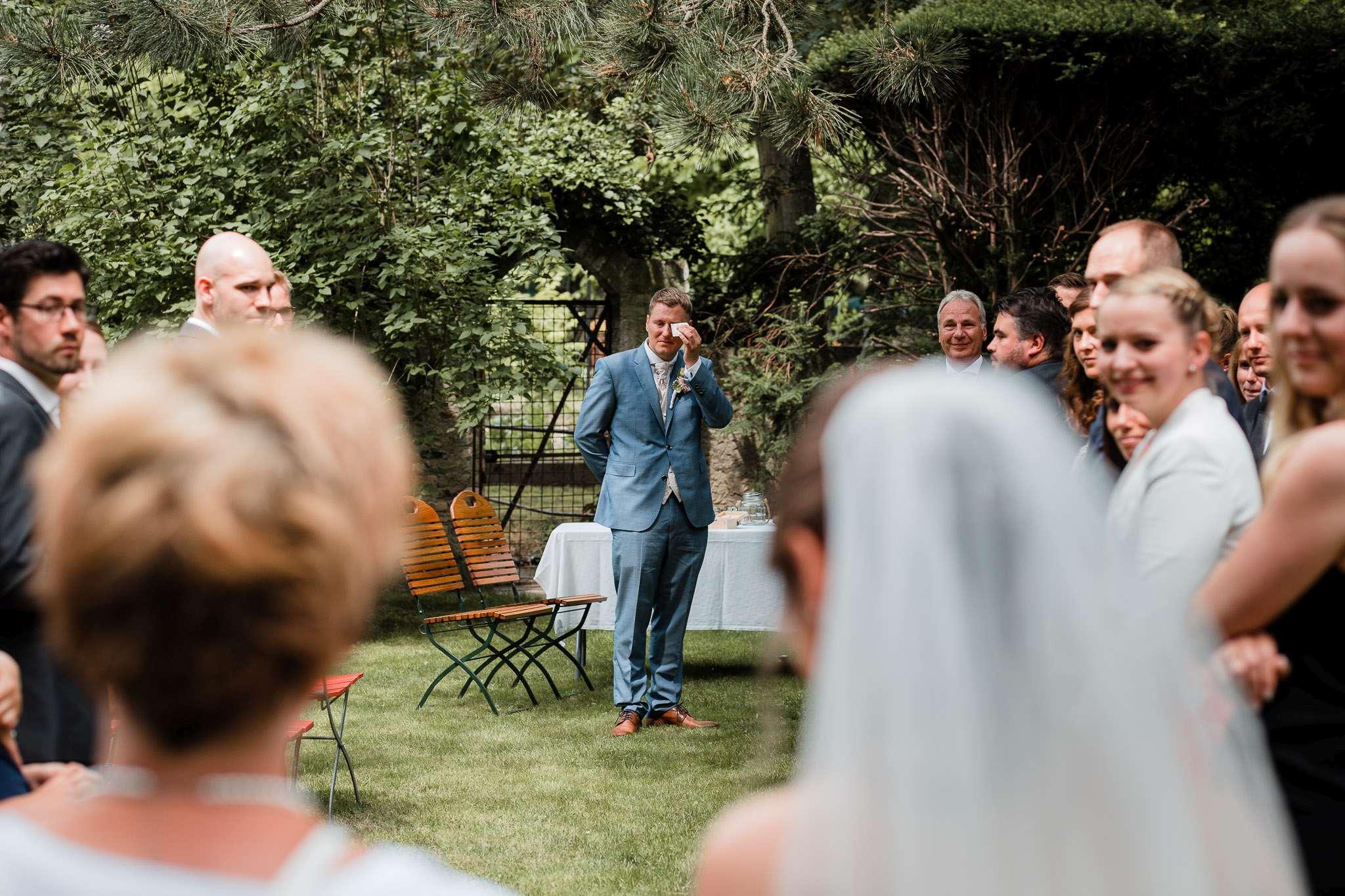 Hochzeitsreportage Undenheim: Einzug der Braut - Ein Moment, den wir besonders lieben: Wenn der Bräutigam vor Rührung weint, wenn er das erste mal die Braut sieht.