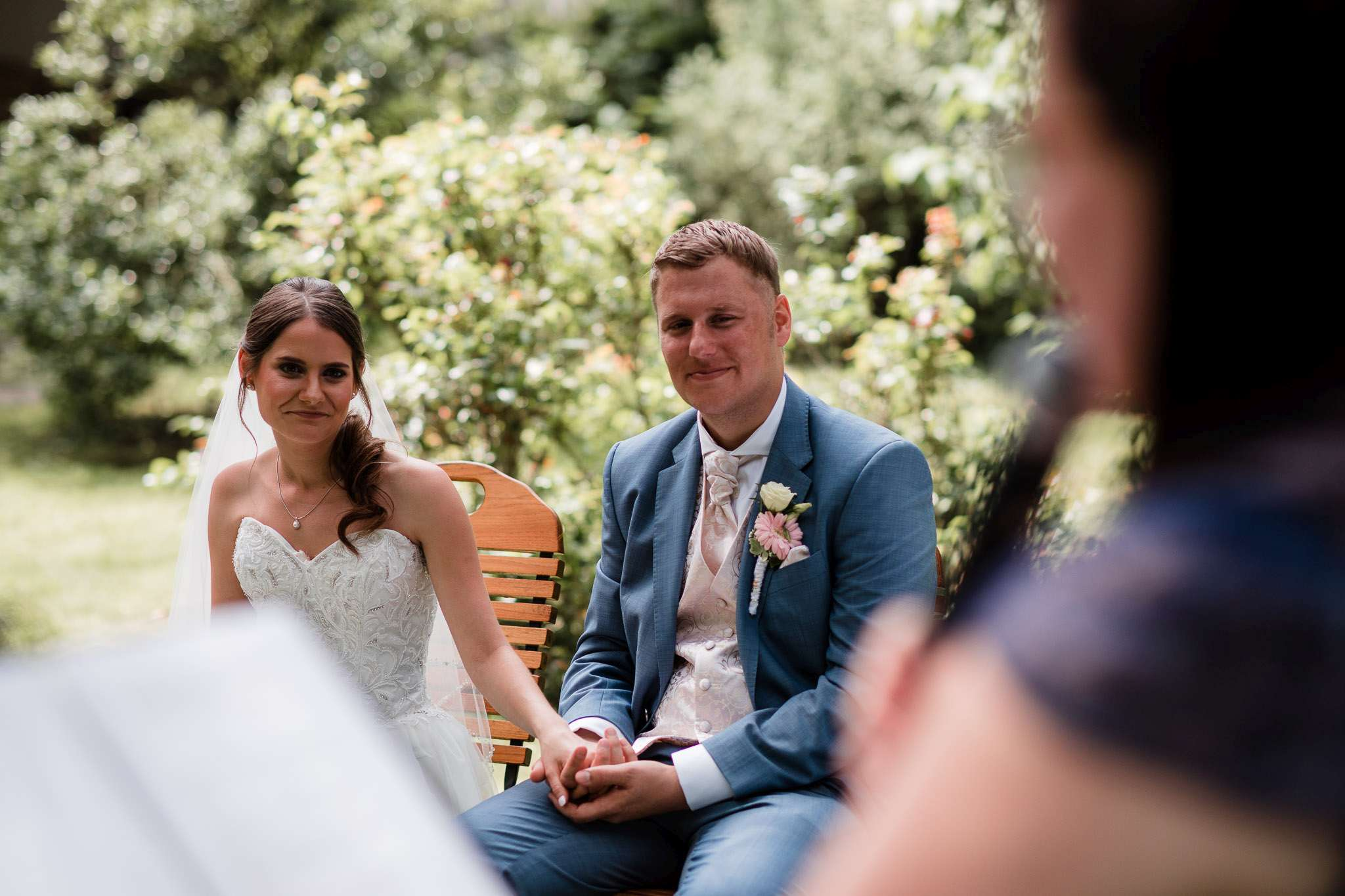 Hochzeitsfotograf Undenheim: Das Brautpaar lauscht gespannt der Traurednerin