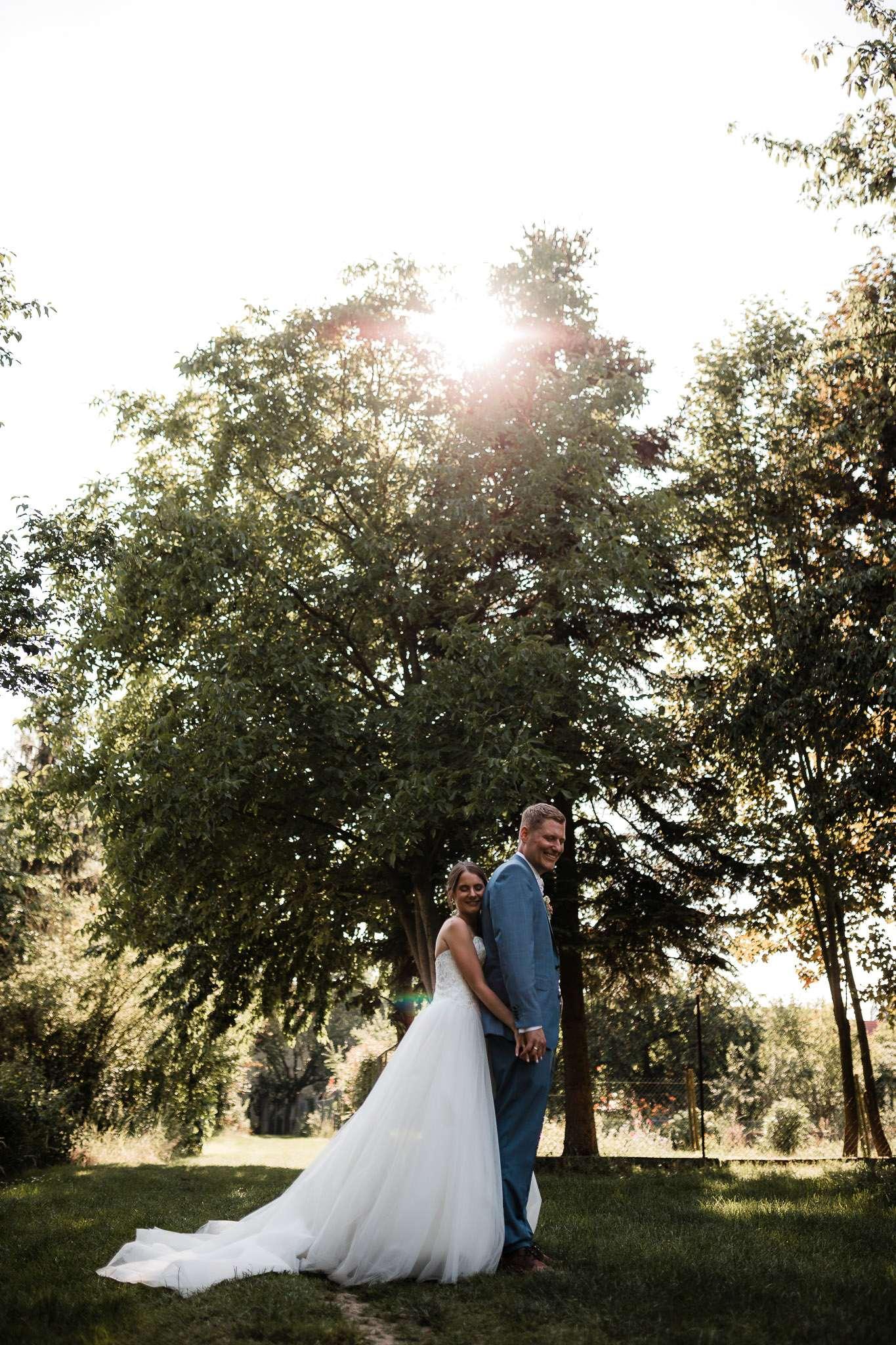 Das Brautpaar bei ihren Hochzeitsfotos in Undenheim