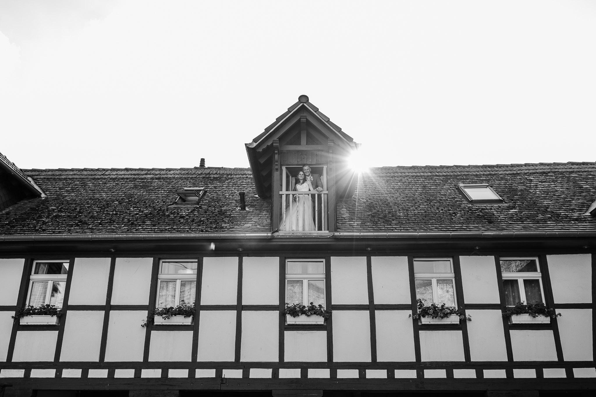 Hochzeitsfotograf Undenheim: Brautpaar auf dem Balkon im Junghof