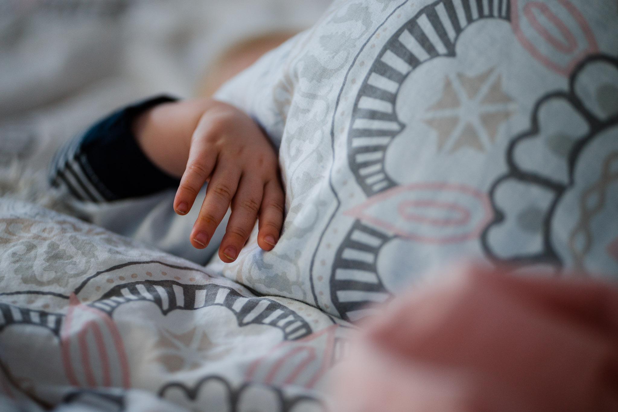 Baby in Elternbett