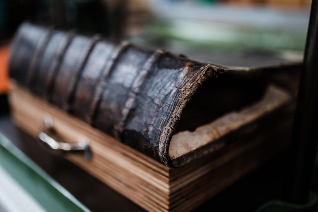 Bucheinband, der ebenfalls restauriert werden soll