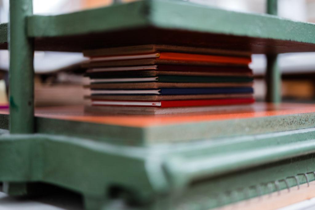 bücher ine der Buchpresse (zum Trocknen)