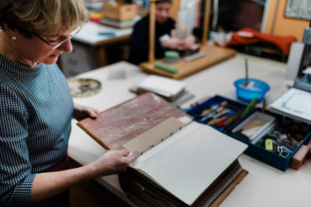 Eine alte Bibel, die restauriert werden soll