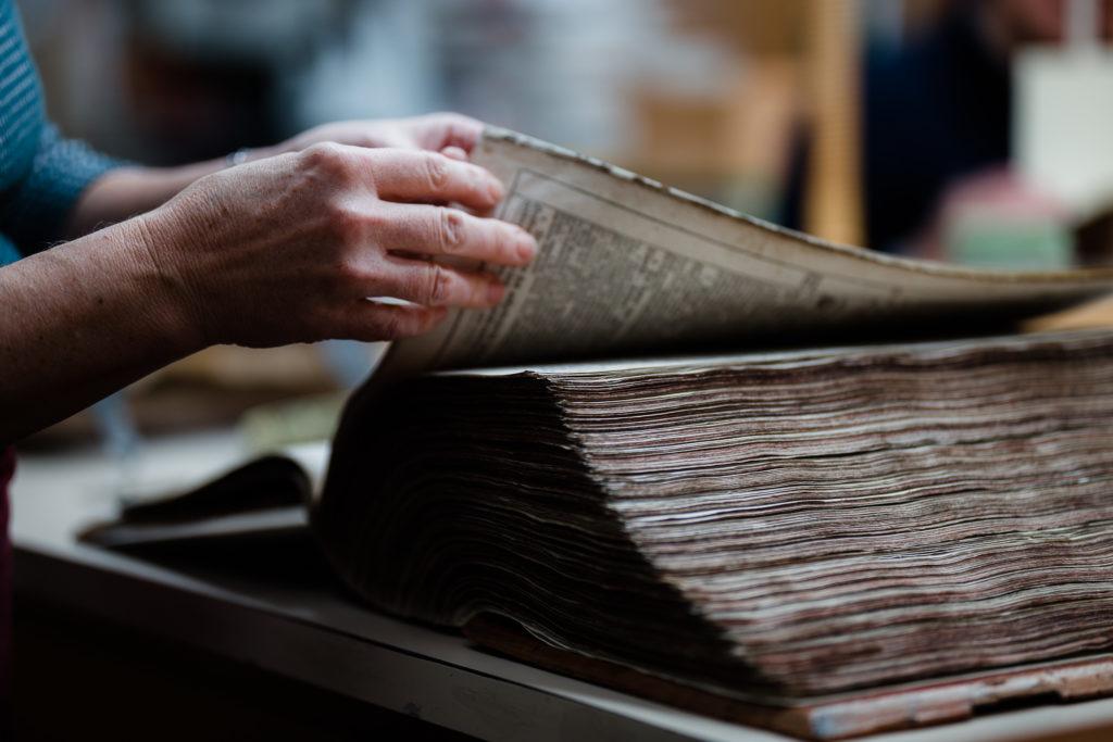 Es wird durchs Buch geblättert