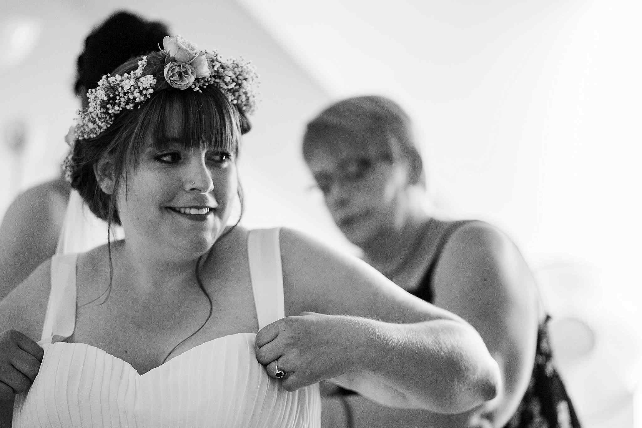 Die Braut bereitet sich für die Trauung in Worms vor