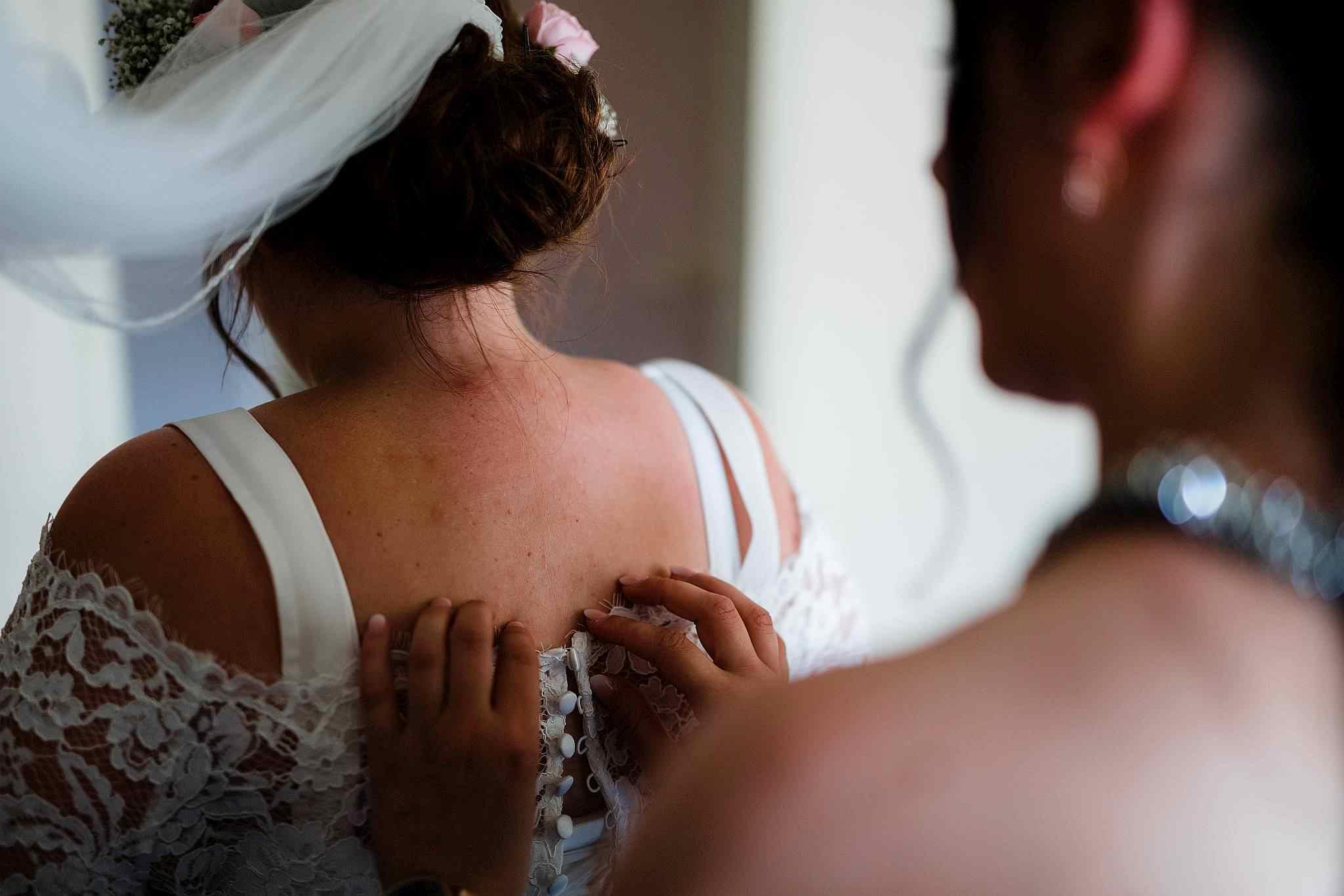 Marie hat sich für Ihre Hochzeit in einem Hotel in Worms fertig gemacht