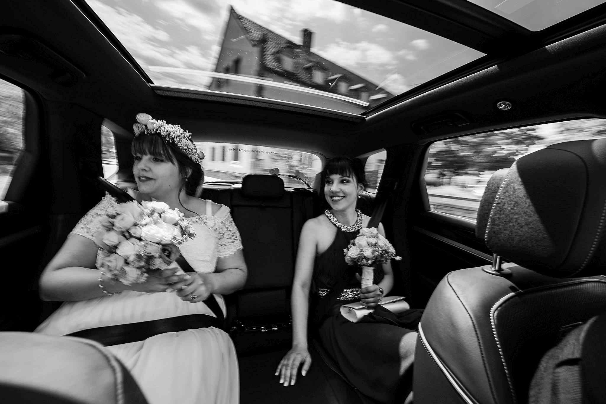Braut wird zur Traulocation gefahren