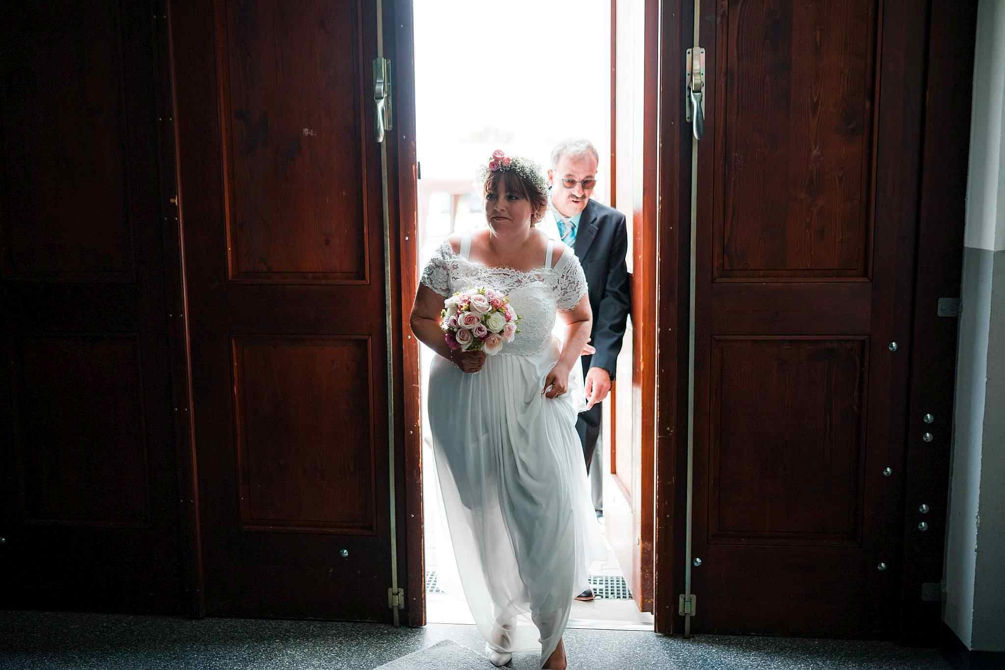 Die Braut beim Einzug in die freie Trauung