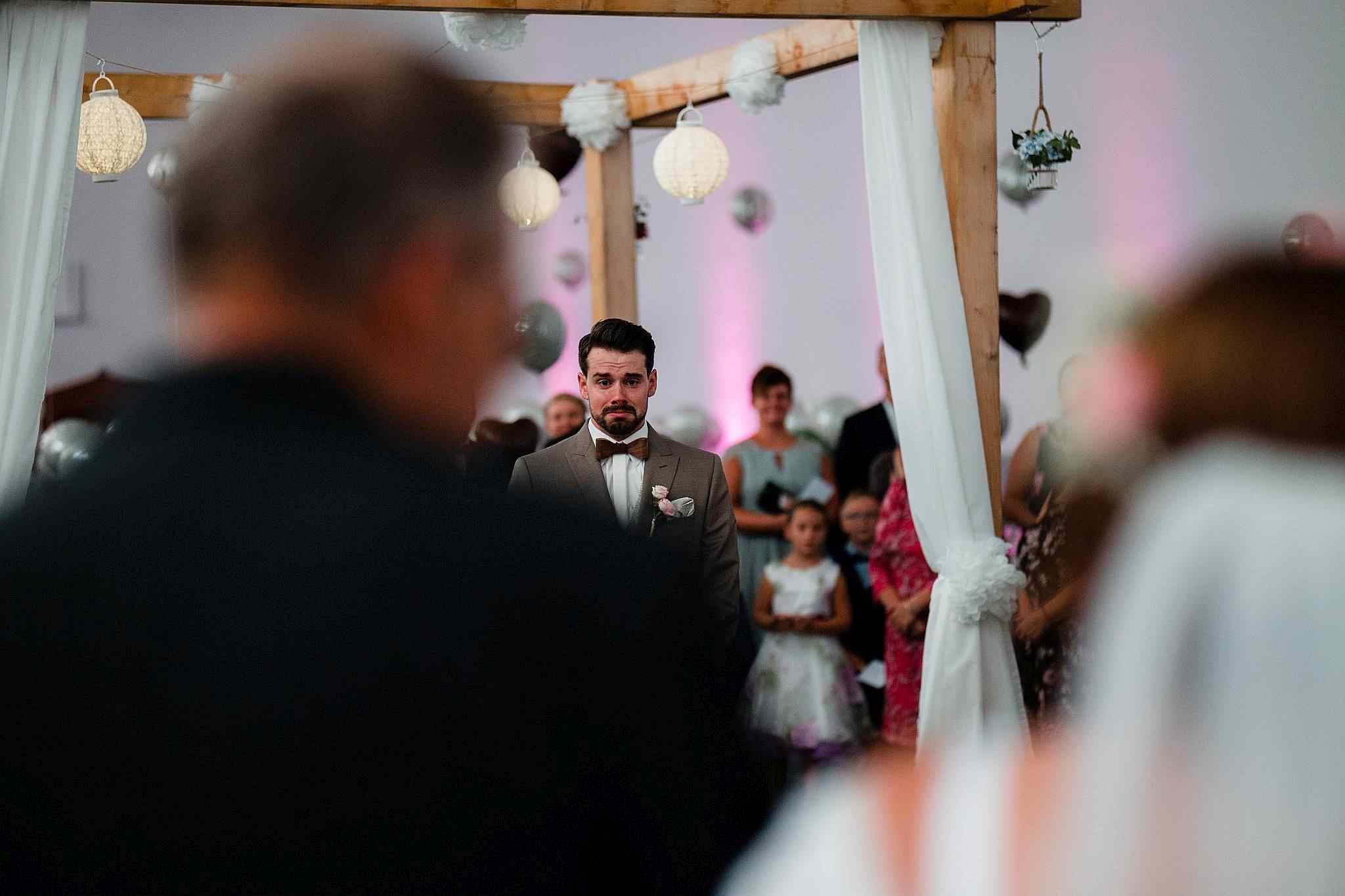 Der Bräutigam sieht seine Braut zum ersten mal