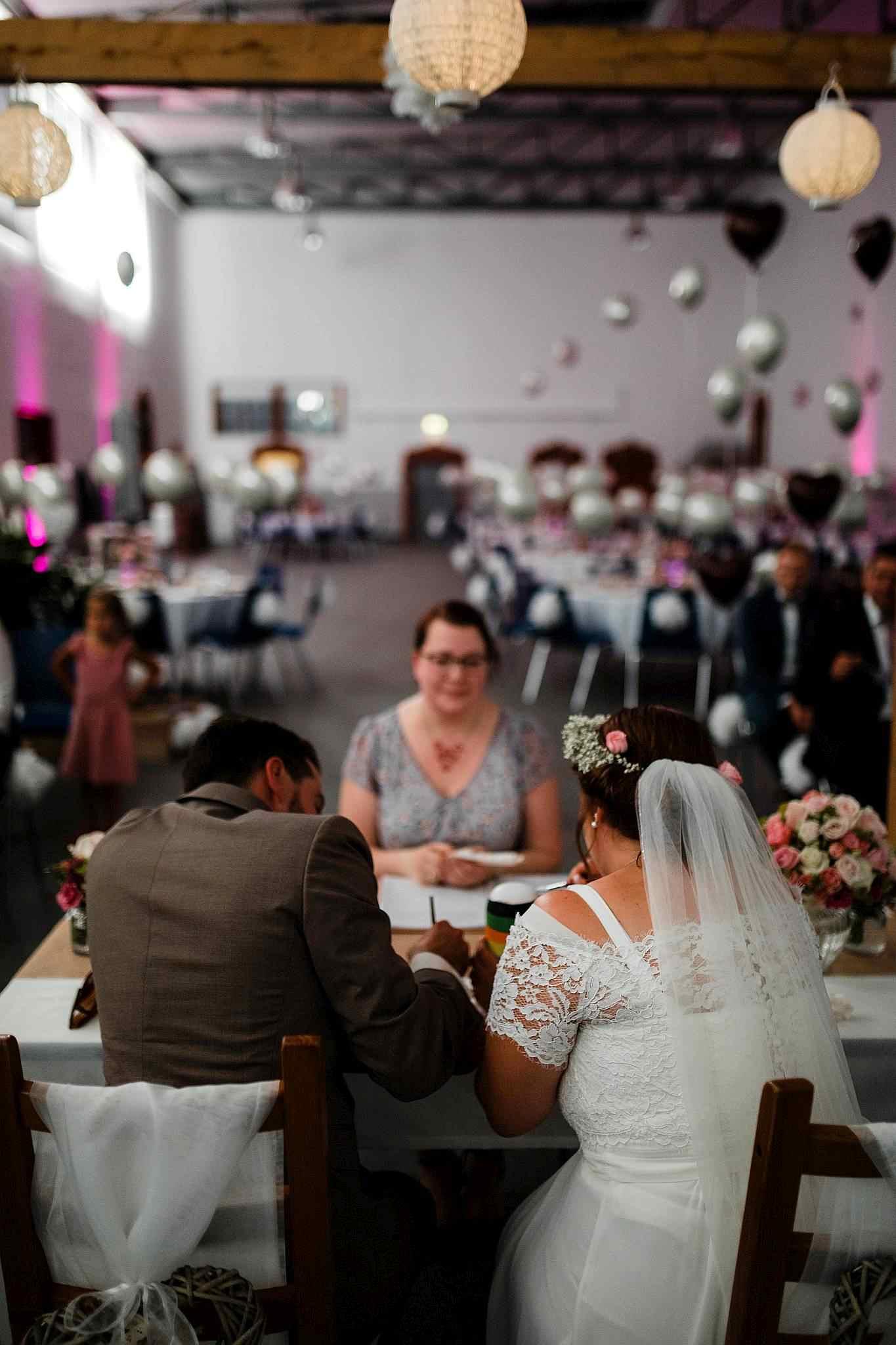 Das Brautpaar beim Ritual der freien Trauung