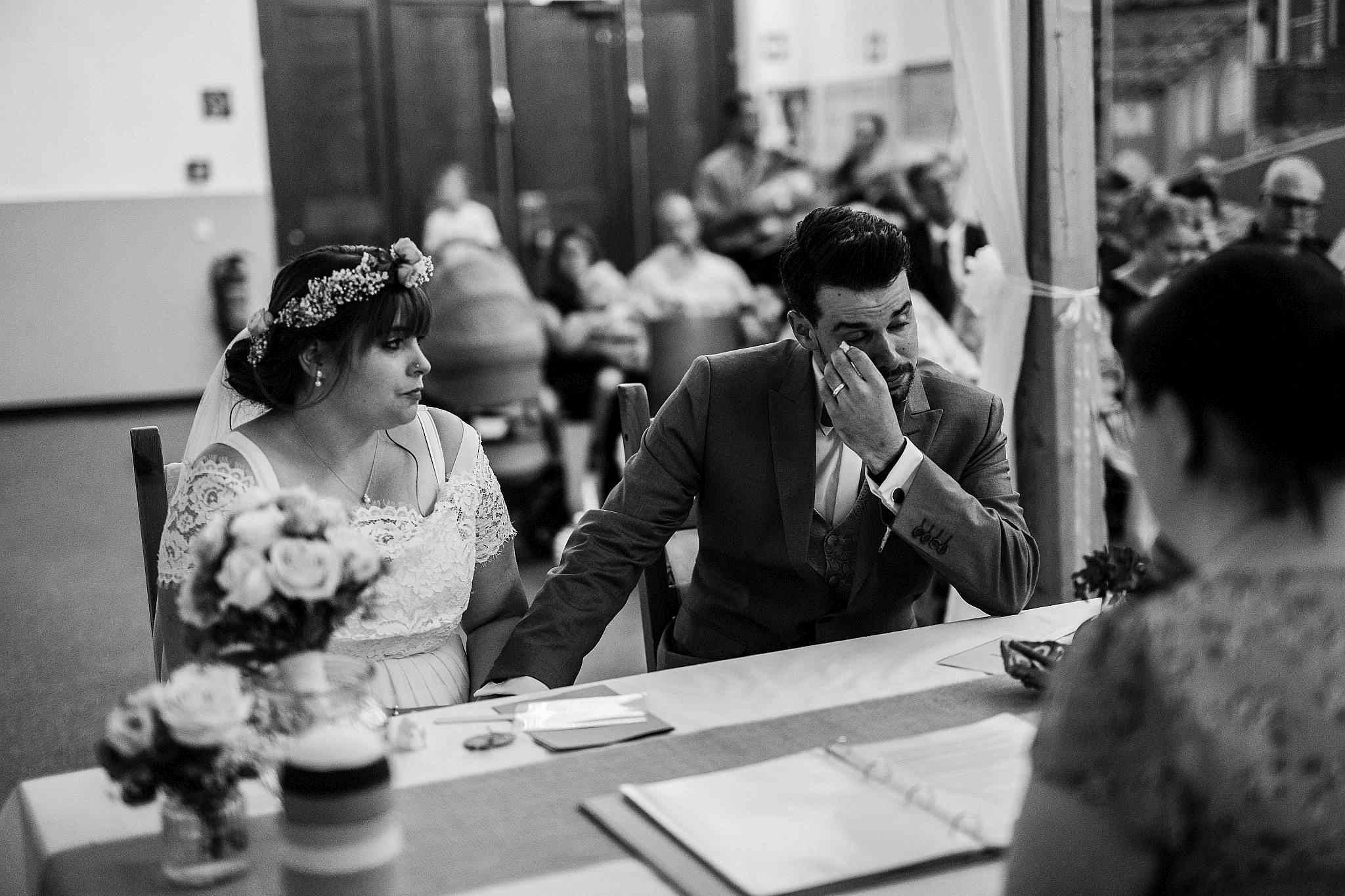 Das Brautpaar ist während der Trauung ergriffen