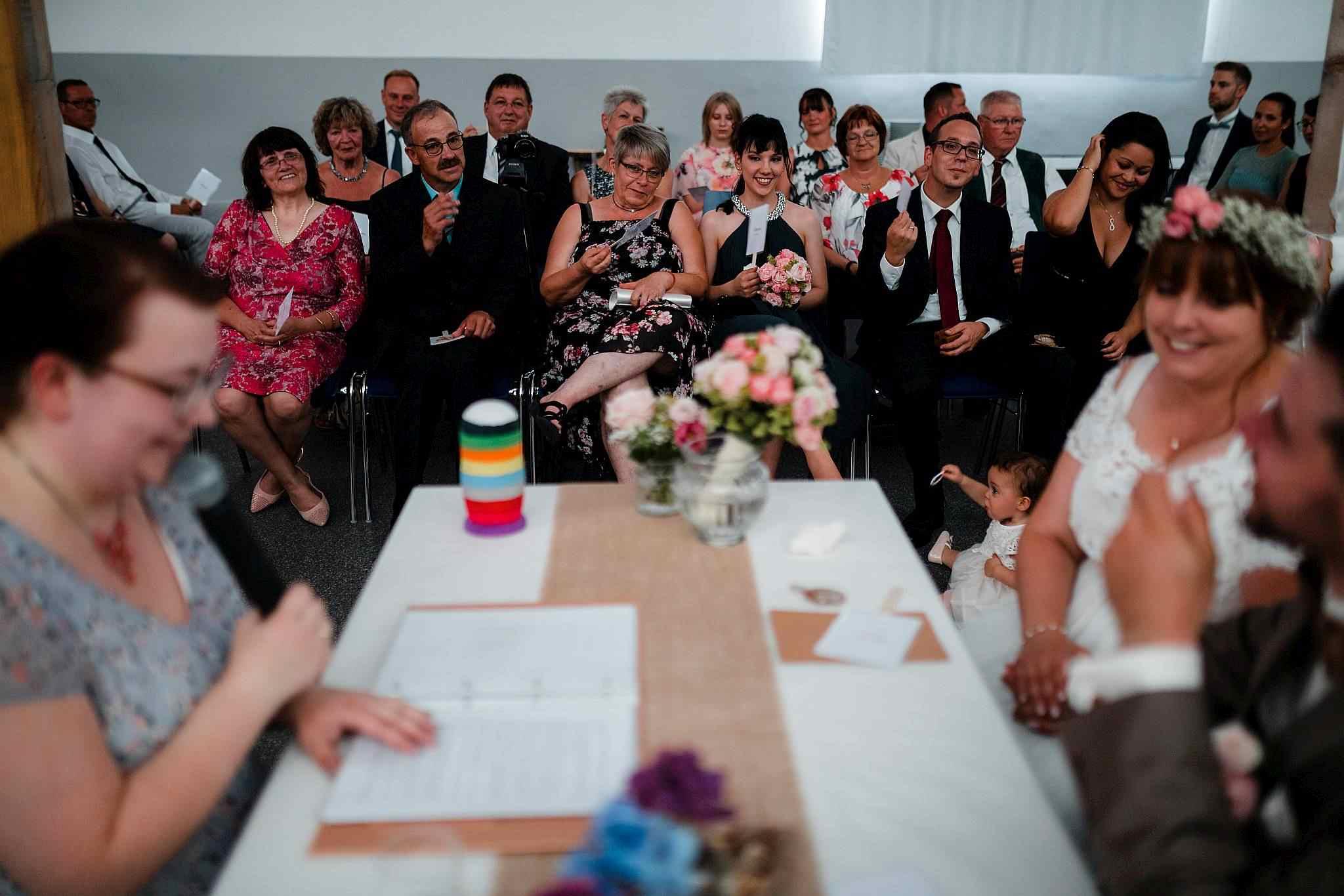Die Hochzeitsgäste lauschen der Traurednerin