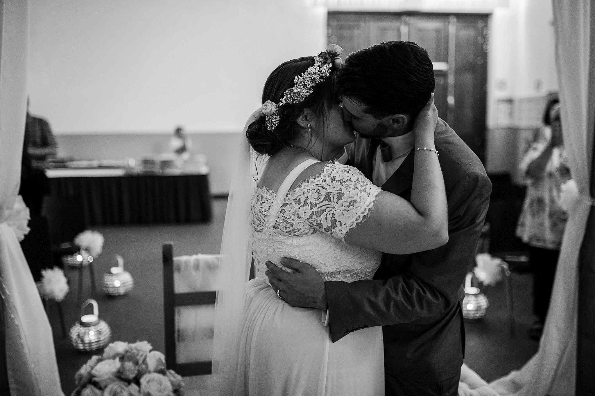 Das Brautpaar küsst sich