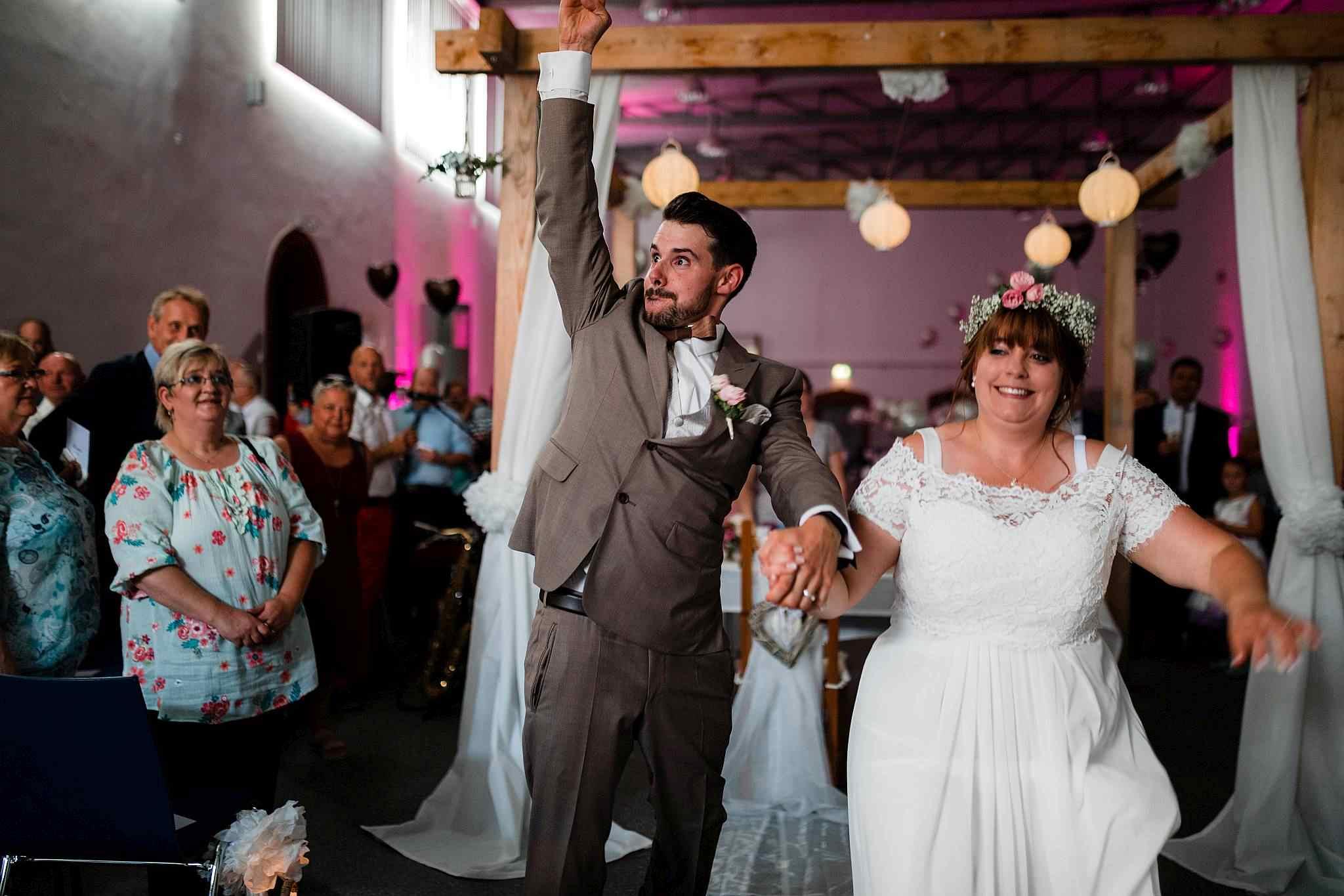 Das Brautpaar zieht aus der freien Trauung aus