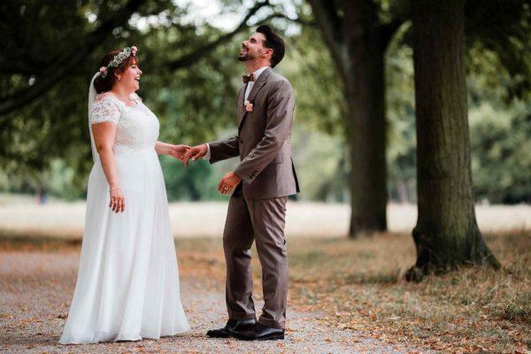 Brautpaar albert im Wormser Park herum