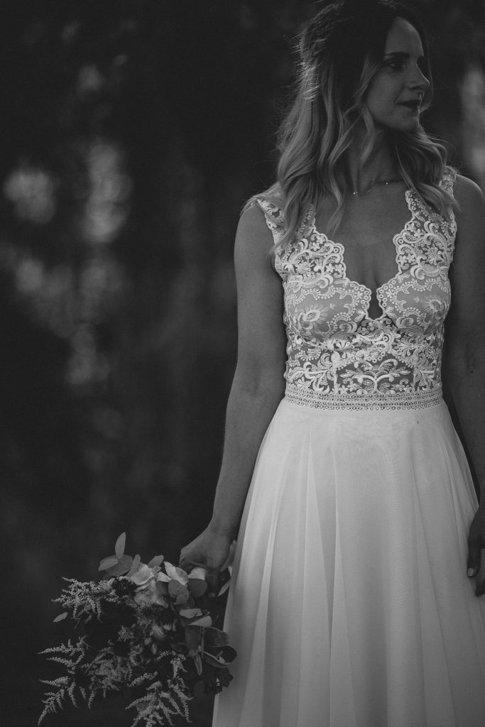 Das Bild zeigt eine Braut im Brautkleid mit Spitze.