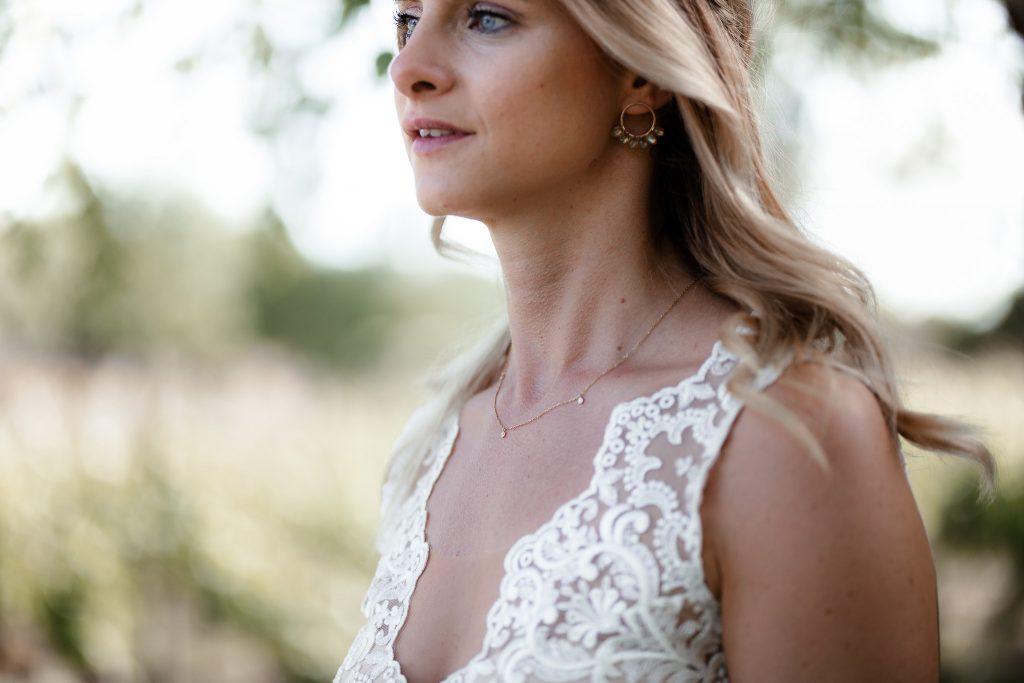 Das Bild zeigt die Schmuckdetails einer Braut.