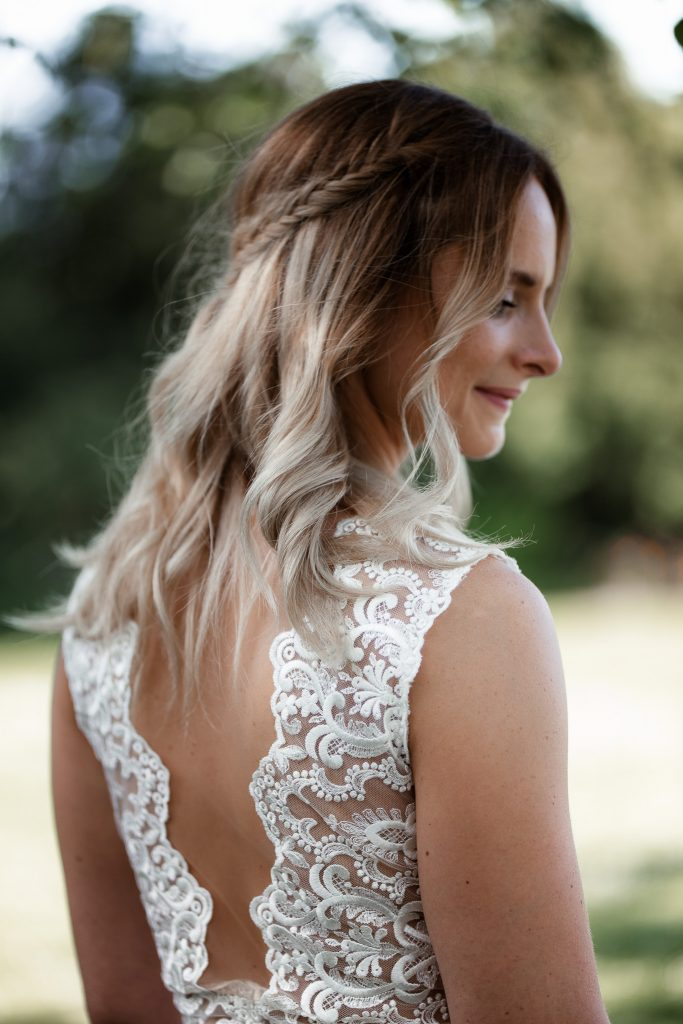 Das Bild zeigt den Rücken des Brautkleides.