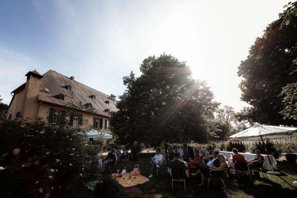 Das Bild zeigt eine Hochzeitsfeier im Weingut Knyphausen in Eltville.