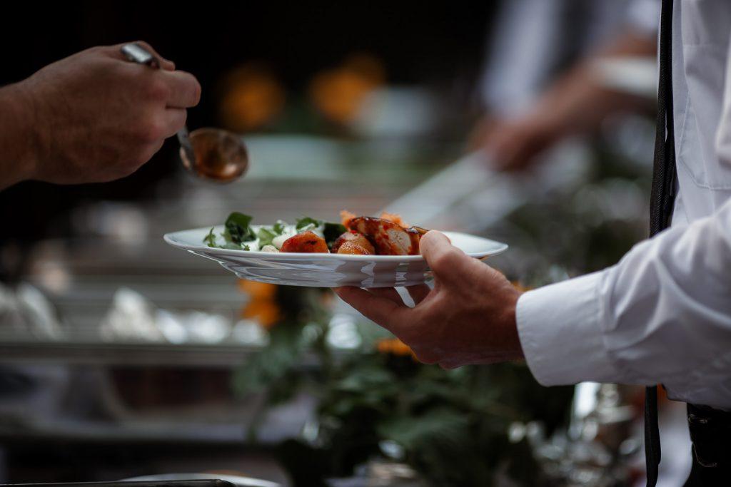 Teller mit Essen bei der Hochzeit.