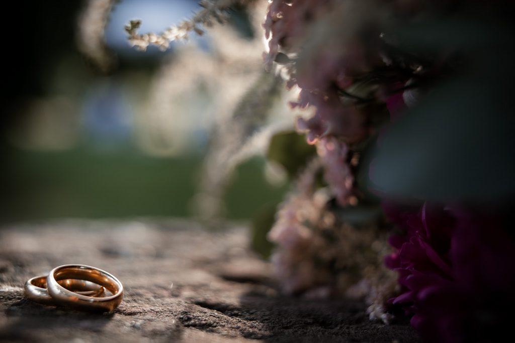 Eheringe des Brautpaares im Sonnenuntergang.