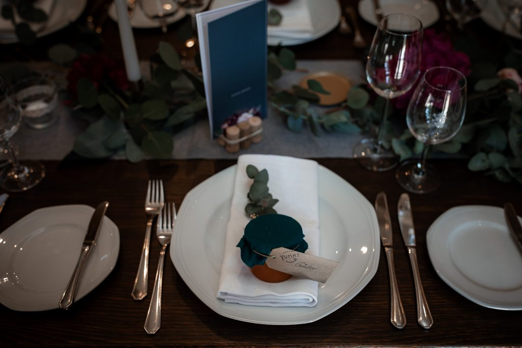Auf diesem Foto sieht man den gedeckten und dekorierten Tisch bei einer Hochzeit.