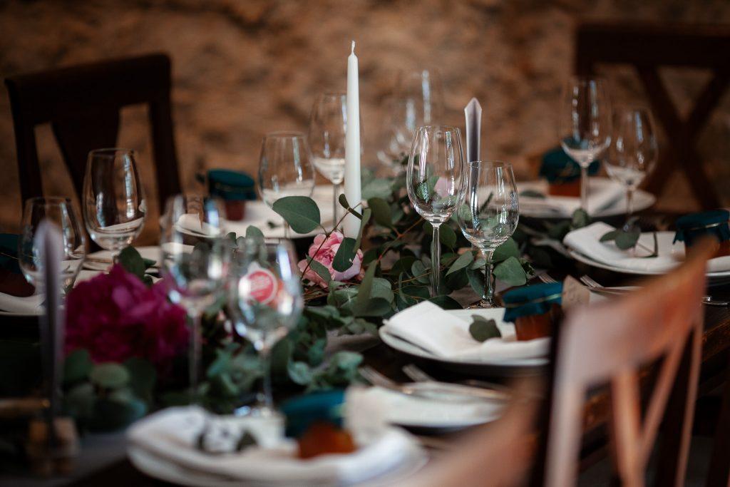 Auf diesem Bild sieht man den dekorierten Tisch bei einer Hochzeit.