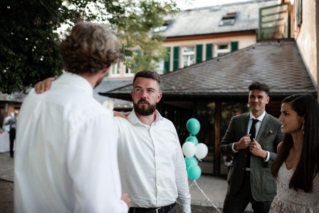 Auf diesem Bild sieht man den Bräutigam mit Freunden an der Hochzeit im Weingut Baron Knyphausen