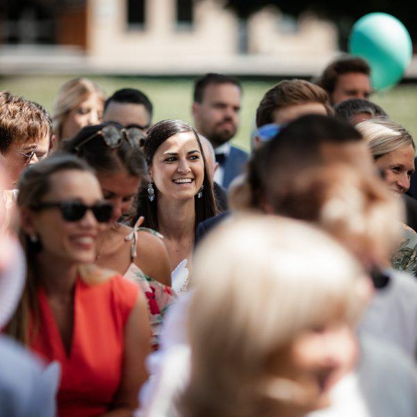 Weiblicher Hochzeitsgast bei der freien Trauung