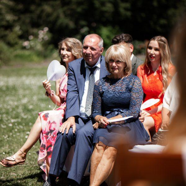 Dieses Bild zeigt die Brauteltern bei der Trauung