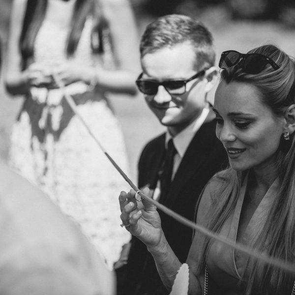 Die Ringe werden während der Trauung an einem Band durch die Gästereihen gereicht.