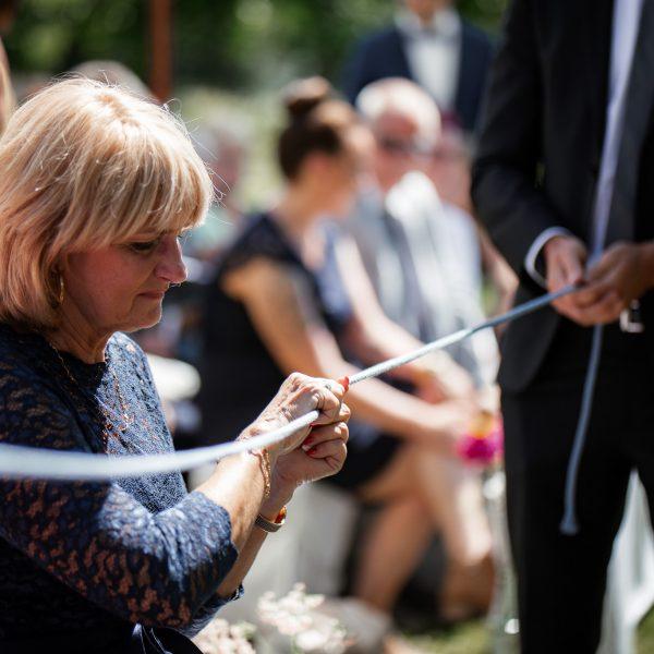 Die Ringe werden bei der Trauung durch die Gäste gereicht.