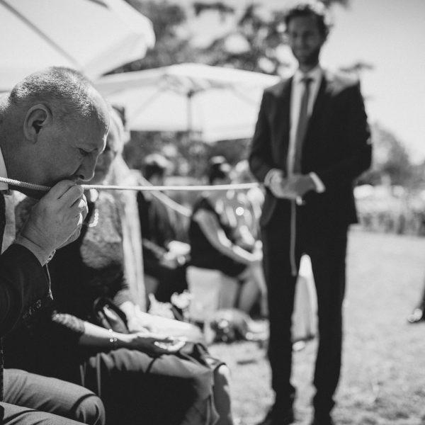 Der Brautvater segnet die Eheringe.