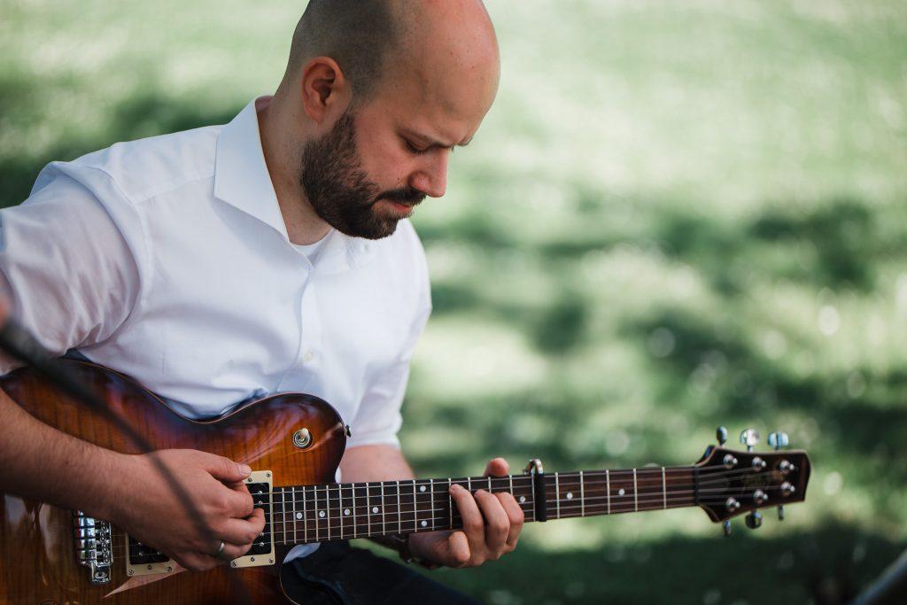 Dieses Bild zeigt einen Gitarristen