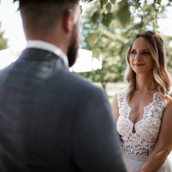 Das Brautpaar steht sich bei der Traufrage gegenüber.